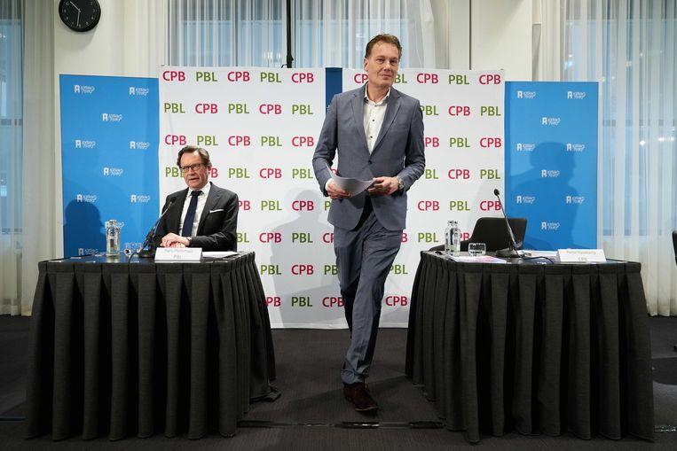Hans Mommaas (PBL) en Pieter Hasekamp (CPB) geven uitleg over hun analyse en doorrekening van de verkiezingsprogramma's 2021-2025. Beeld ANP