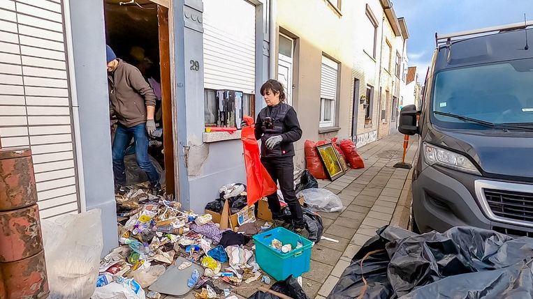 'Naarmate we ons door de lagen afval en vuilnis werken, begint het almaar meer te stinken. Dat is normaal: de sappen zakken naar de vloer.' Beeld vtm