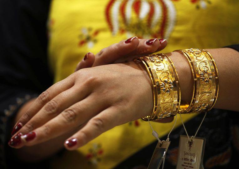 Alles wordt versierd, deze vrouw in Allahabad zoekt gouden armbanden uit.<br /> Beeld null