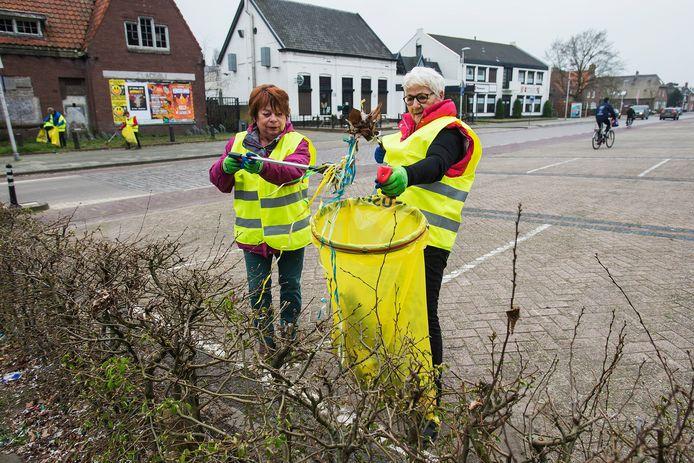 Opschoondag, typisch een activiteit voor veel Buurt Bestuurt-organisaties. Hier zijn vrijwilligers uit Nieuwkuijk aan het werk.