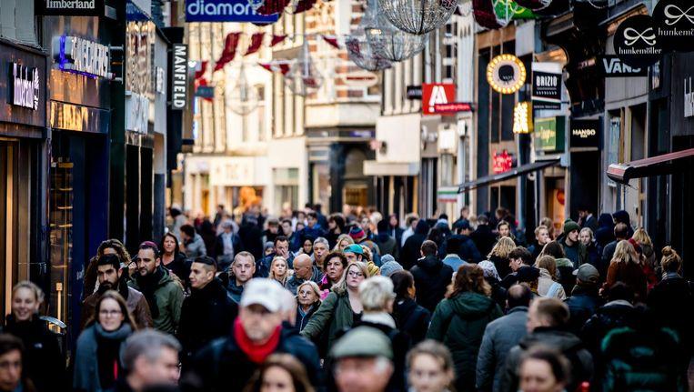 De Kalverstraat is met huurprijzen tussen de 2200 en 3000 euro per vierkante meter per jaar de duurste winkelstraat van het land. Beeld anp