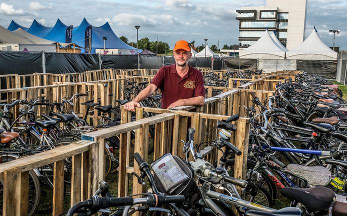Koen Durnez aan de fietsparking.