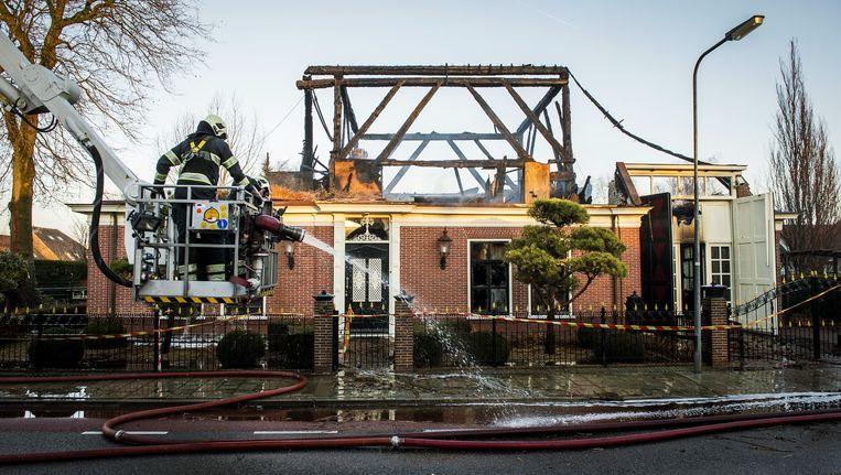 Volgens Elsevier hebben de invallen te maken met V.'s stolpboerderij in Zwaag, die een jaar geleden in brand werd gestoken en in vlammen opging Beeld anp