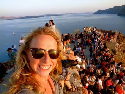 De beroemde zonsondergang op het Griekse eiland Santorini, als je die tenminste kunt zien door alle selfiesticks.