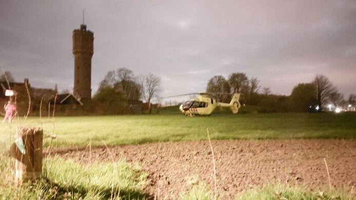 Traumahelikopter landt in de buurt van het wooncomplex.