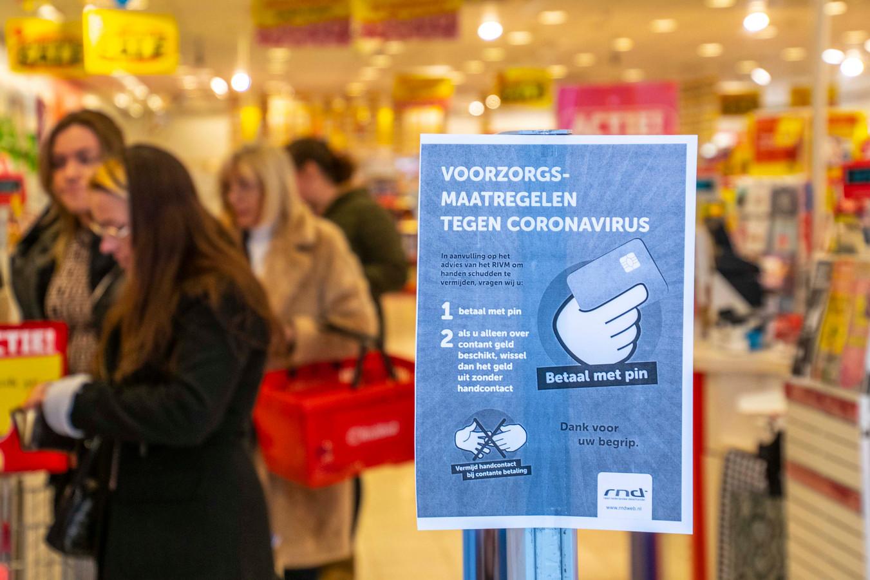 Als het aan de supermarkten ligt, wordt het betalen met contant geld verboden.