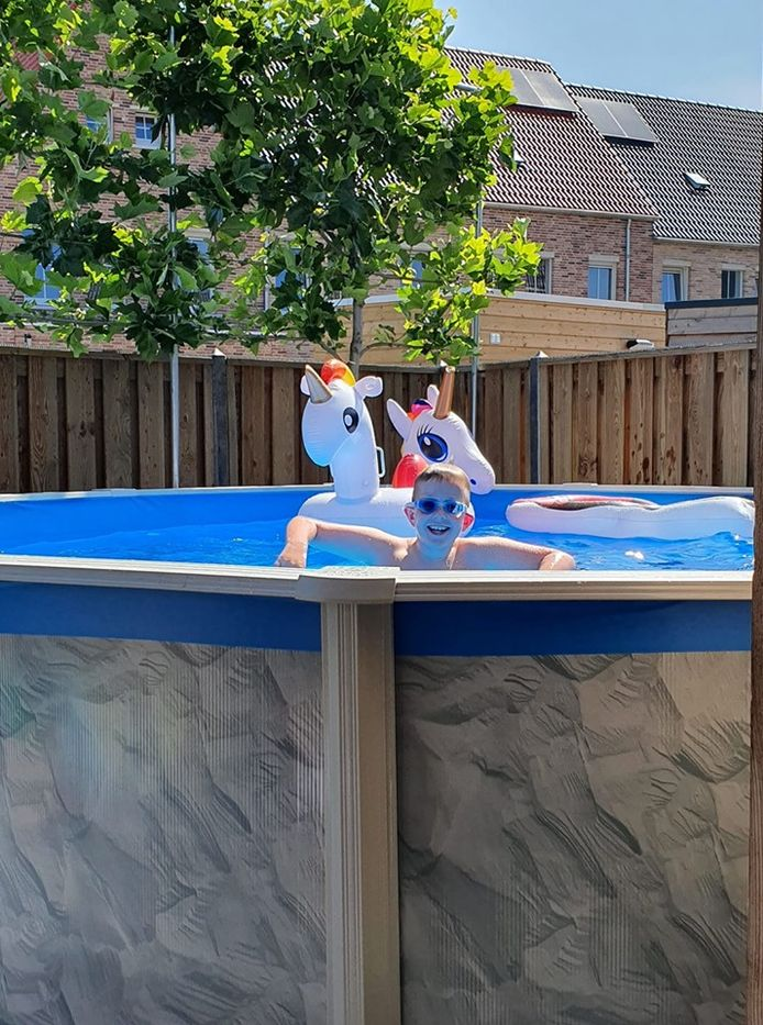Het zwembad van Marieke Reijntjens uit Baarle Nassau. Haar zoon Job is er blij mee!