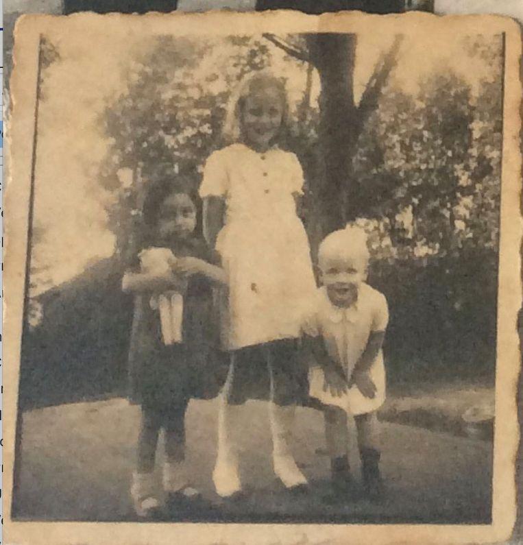 Paula Melamed links van de blonde kinderen. Beeld Privé-archief Paula Rubinek-Melamed