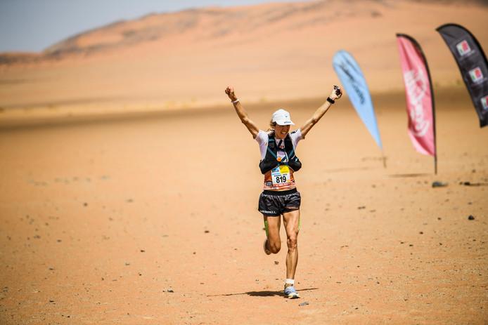 De Nederlandse winnares Ragna Debats in de Marathon des Sables.