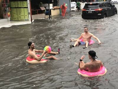 nederlanders-wereldberoemd-na-geintje-tijdens-waterballet-thailand