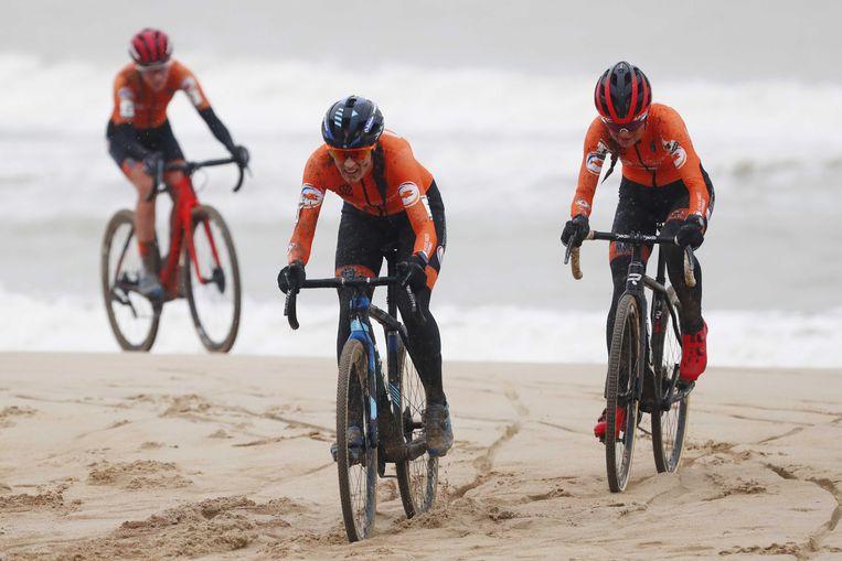 Annemarie Worst, Lucinda Brand en Denise Betsema ploegen door het zand in Oostende, Belgie. Beeld ANP