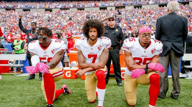 Colin Kaepernick (m.) in 'The Price of Protest' Beeld TMDB