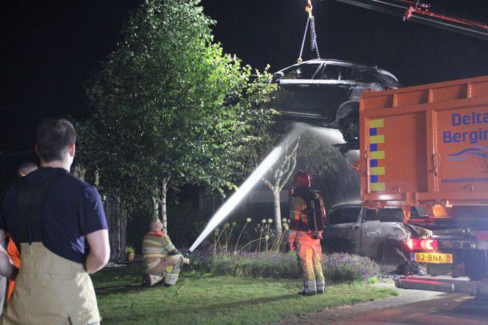 Twee auto's zijn verwoest door een brand aan de Oeverzegge in Lelystad. De elektrische auto werd afgevoerd in een speciaal dompelbad, waarmee lastig te blussen branden met accu's van een elektrische auto worden voorkomen. Het andere voertuig werd met een sleepwagen afgevoerd.
