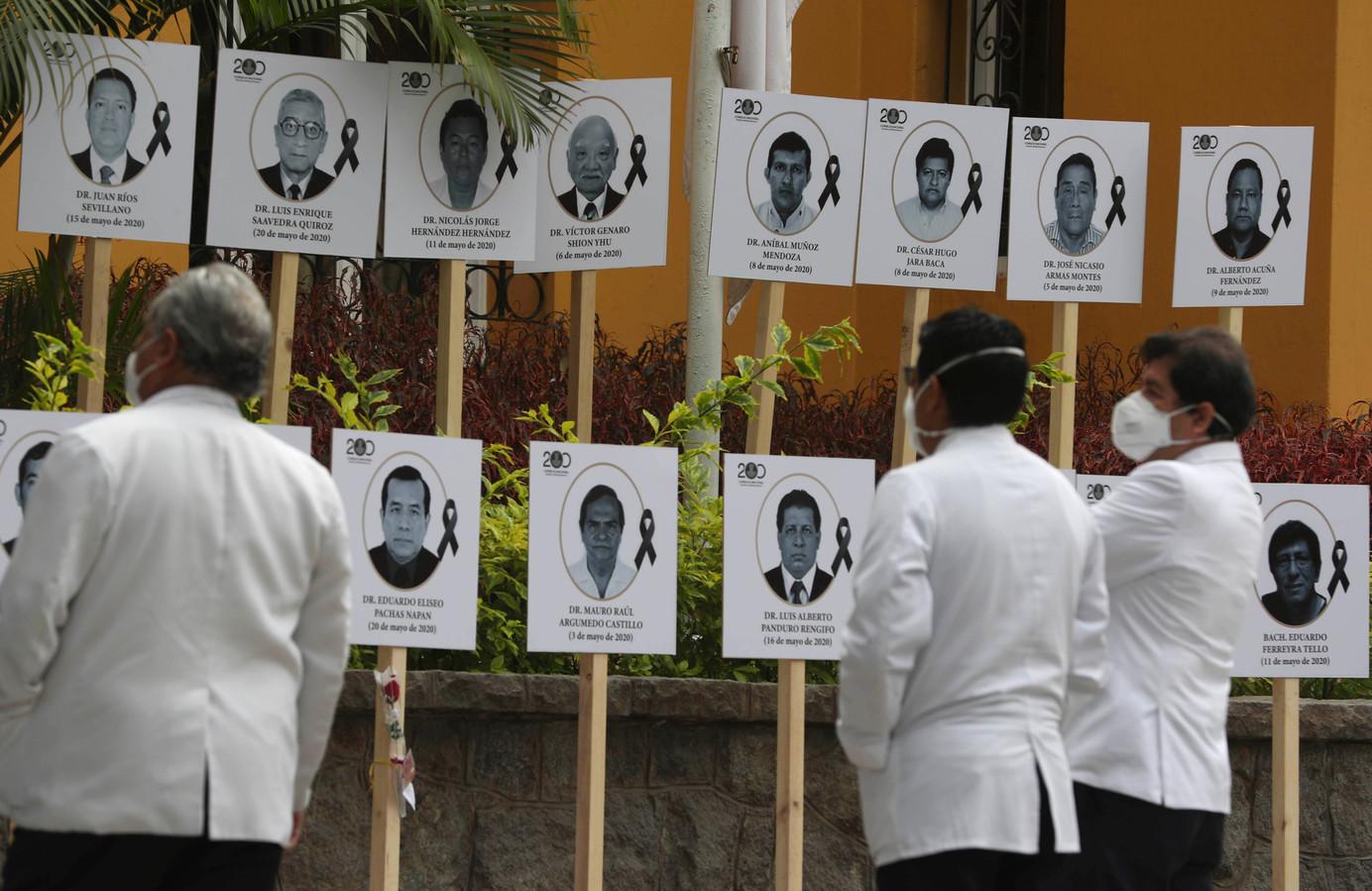 Dokters kijken naar hun aan Covid-19 overleden collega's in Lima.