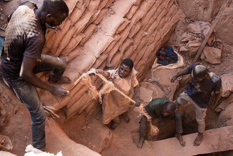 De kobaltwinning in Congo, cruciaal voor de productie van accu's, is 'één van de meest extreme voorbeelden van wat we moderne slavernij kunnen noemen', zegt expert Siddharth Kara. 'Mensen worden als een wegwerpproduct behandeld.'  Beeld Corbis via Getty Images