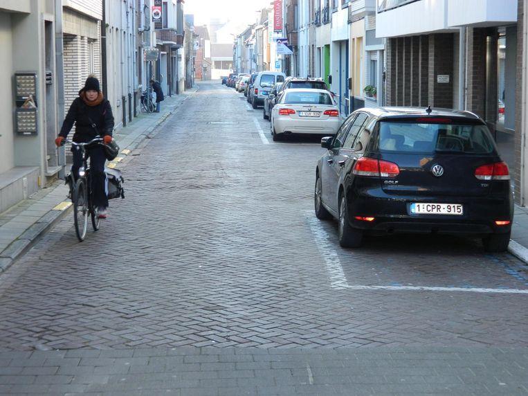 De Kaaistraat vandaag: veel te smalle voetpaden en een hobbelige rijweg.