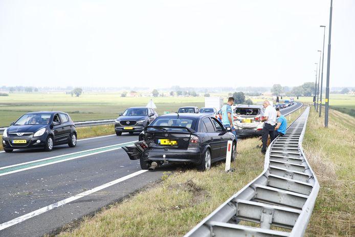 Bij een kop-staart-botsing op de N50 bij de Eilandbrug bij Kampen zijn twee auto's en een vrachtwagen betrokken. Er vallen geen gewonden, maar er is veel hinder voor de rest van het verkeer.