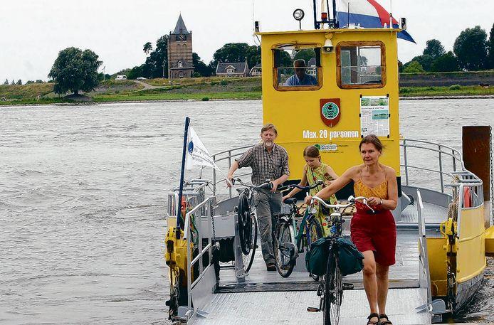 Het pontje over de Waal tussen Heerewaarden en Varik. Het maximum-aantal passagiers wordt vanwege corona verlaagd.