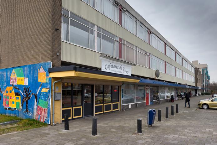 De verloederde winkelstrip aan de Kooikersweg.