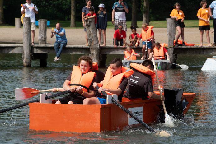 Scholen houden een botenrace op de Meent.