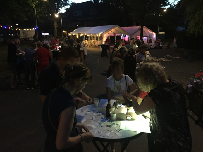 De Burgemeester Suijsstraat in Tilburg had zaterdag buurtfeest met voor de ouderen een escape room-achtig spel