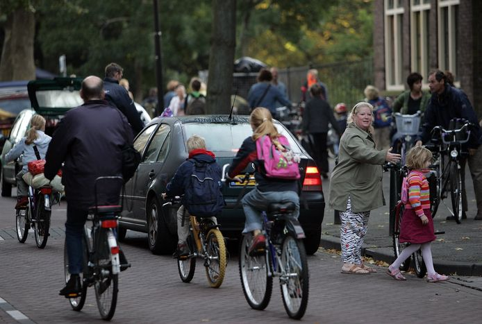 Veilig Verkeer Nederland constateert dat zes op de tien kinderen met de auto naar school wordt gebracht.