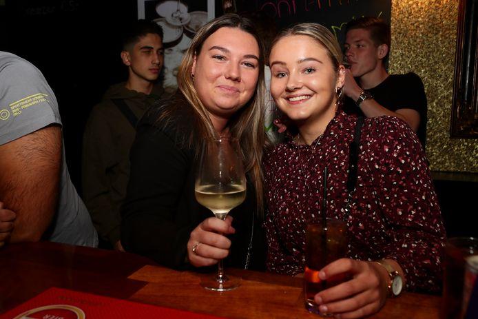 Zonder 1,5 meterregel je vrienden begroeten in de kroeg. Sarah en Charlotte uit Soest genieten er zichtbaar van.