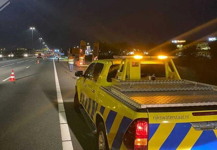 Rijkswaterstaat heeft de A12 deels afgesloten om de vrachtwagencombinatie te kunnen bergen.