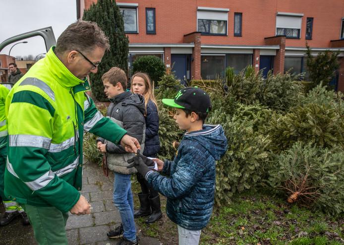 De kerstbomenactie in Zwolle leverde een recordaantal bomen op. De Zwolse jeugd tot en met vijftien jaar wist maar liefst 9.641 kerstbomen in te zamelen.