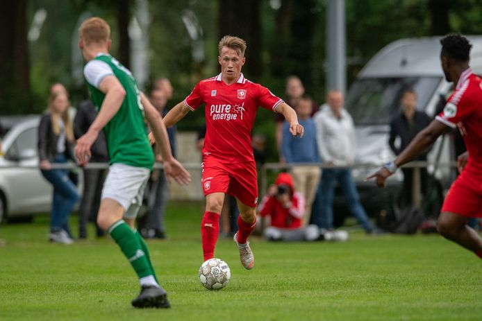 Lammert Roossien, hier in actie tijdens het oefenduel met HSC'21, is met FC Twente mee op trainingskamp in De Lutte. Hij is een van de vier spelers van de FC Twente/Heracles Academie die met de selectie mee mogen.