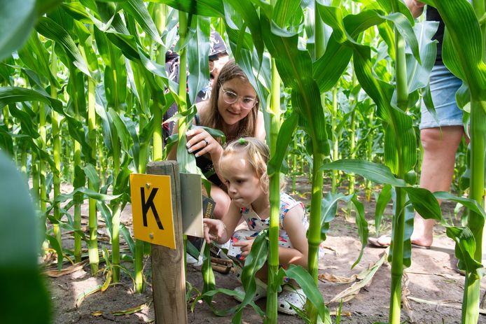 De familie Groen uit Lutjewinkel (NH) bezoekt het doolhof. Luca (2) en Anna Groen (14) hebben een bordje met een letter gevonden.