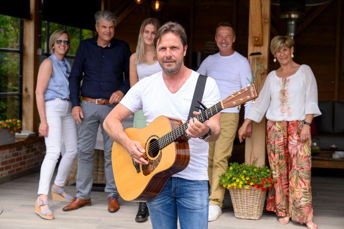 Peter Van Laet geeft een kofferbakconcert aan Anne-Katrien Van der stappen (15), An Wouters (50), Koen Van der Stappen (50), Raymond Vandervelpen (61) en Daisy Jordens (61).