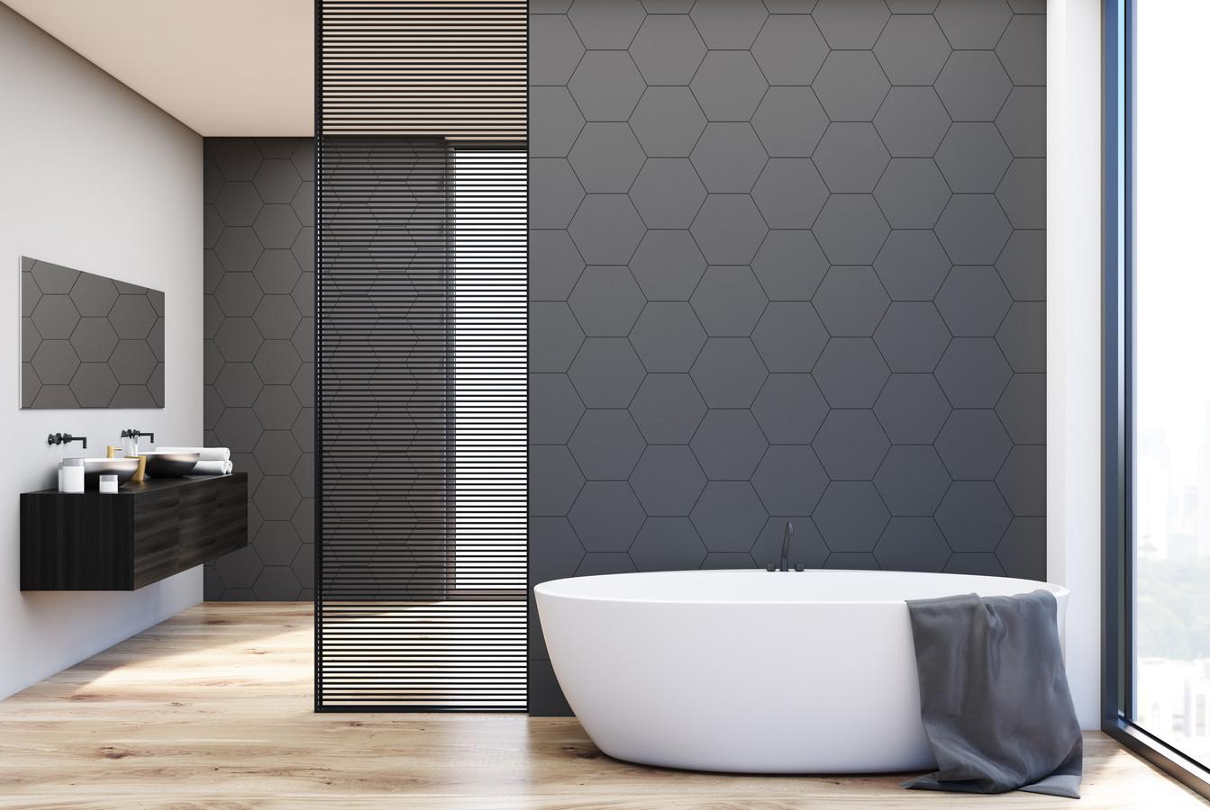 Moderne, luxe badkamers krijgen bijna de uitstraling van een spa, met naast de dubbele wastafel soms ook wel twee douches.