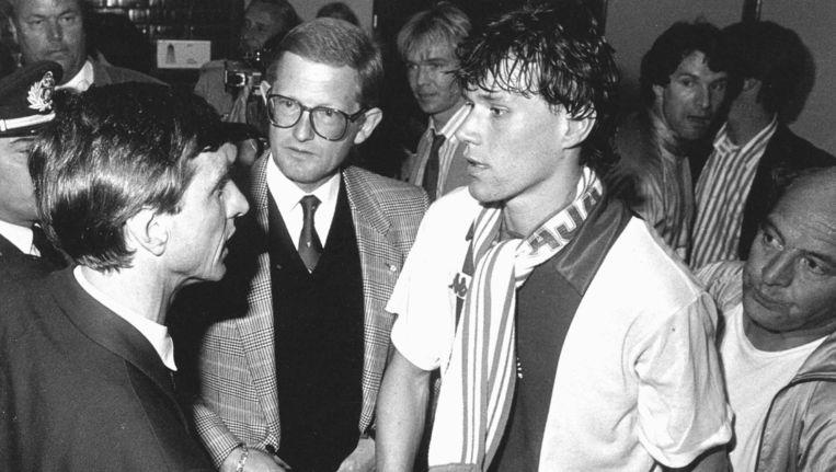 Johan Cruijff (nr. 22) en Marco van Basten (nr. 20) in gesprek met Pieter van Vollenhoven na de gewonnen Europa Cup II-finale in 1987. Beeld anp
