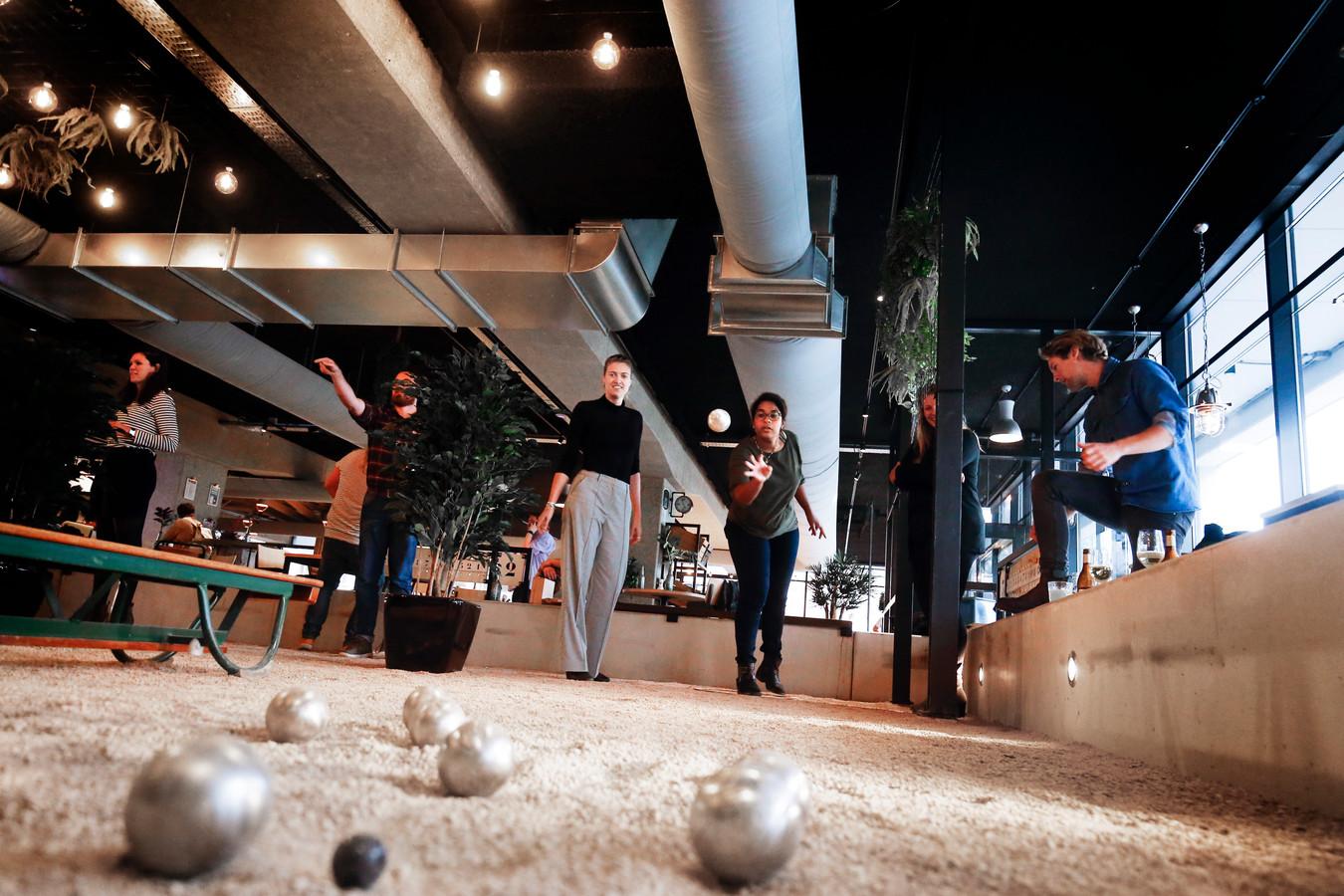 Sinds 2018 zit er een Jeu de Boules Bar in Utrecht. In Amsterdam zit het vergelijkbare Mooie Boules. Tilburg krijgt nu ook een zaak waar 'het spel met de ballen' kan worden gespeeld. Boules Bites Bar is de naam.
