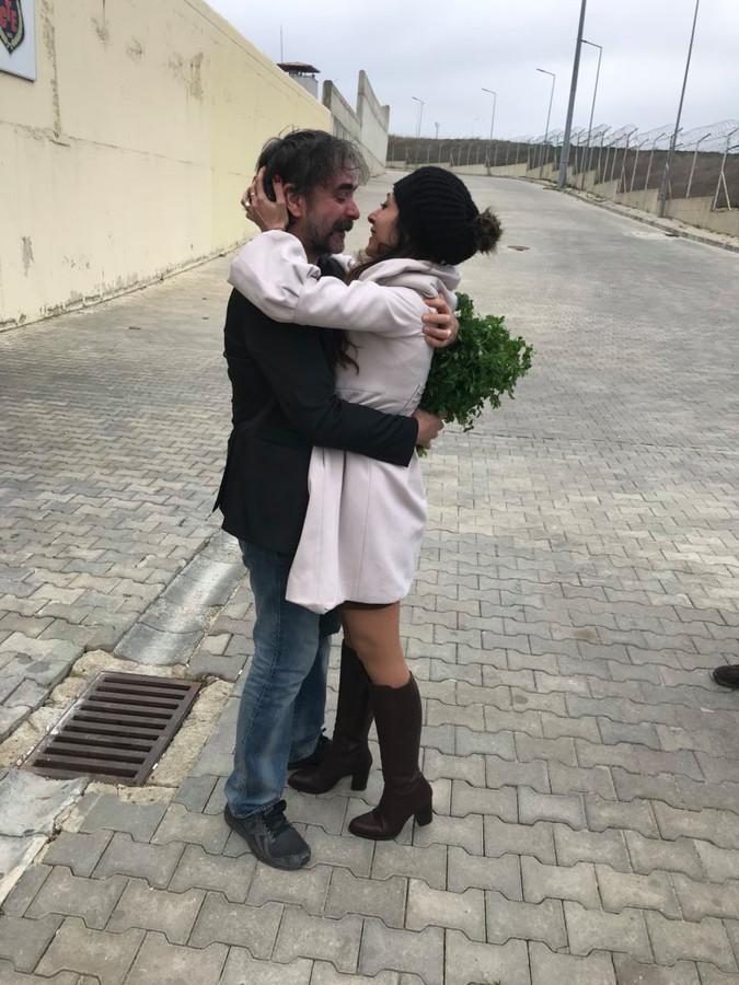 De Duitse journalist Deniz Yücel is na een jaar gevangenschap in Turkije vrijgelaten