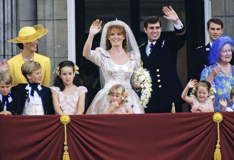 Sarah Ferguson en haar kersverse echtgenoot prins Andrew op hun trouwdag.
