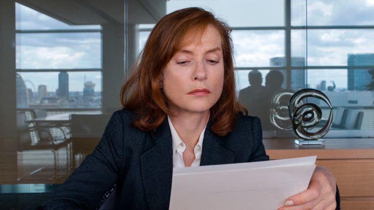 In 'Happy End' speelt Isabelle Huppert de zakenvrouw Anne Laurent, die de grootste moeite heeft om haar ontsporende familie in toom te houden. Beeld rv