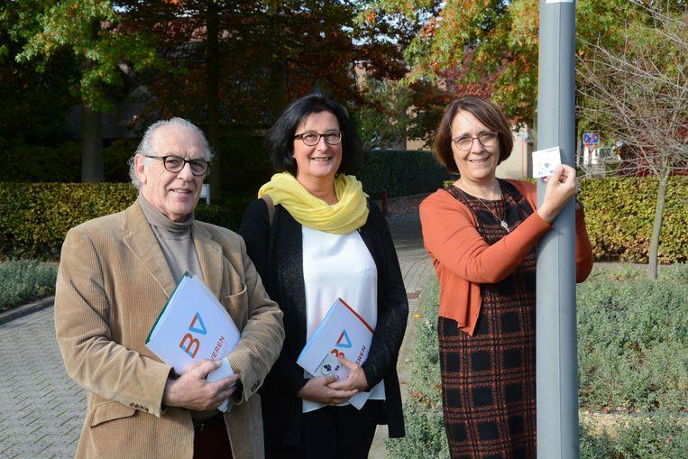Richard Willems, Ingeborg De Meulemeester en Ann Van Damme brengen symbolisch een sticker aan op de bewegwijzerde Martinusroute, een nieuwe pelgrimsroute die van Utrecht tot Tours zal gaan.