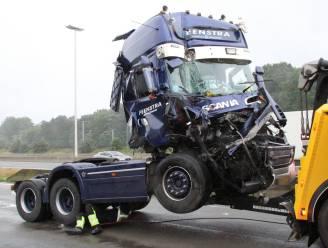 Vrachtwagenchauffeur wordt onwel op E19 en rijdt op parking tegen andere vrachtwagen