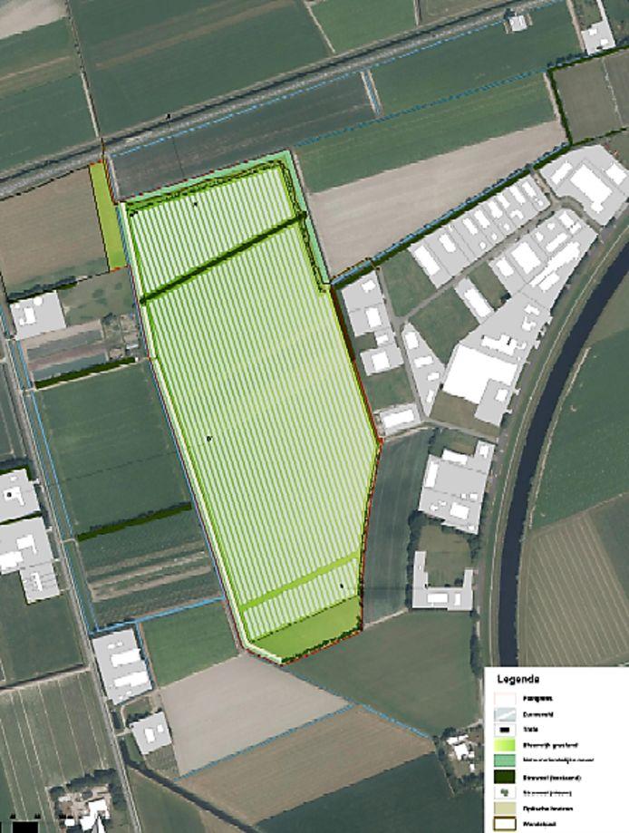 Steenergie wil een zonnepark realiseren naast het bedrijventerrein (rechts) aan de Kanaalweg. De omvang is inmiddels teruggebracht van 40 naar ruim 22 hectare.