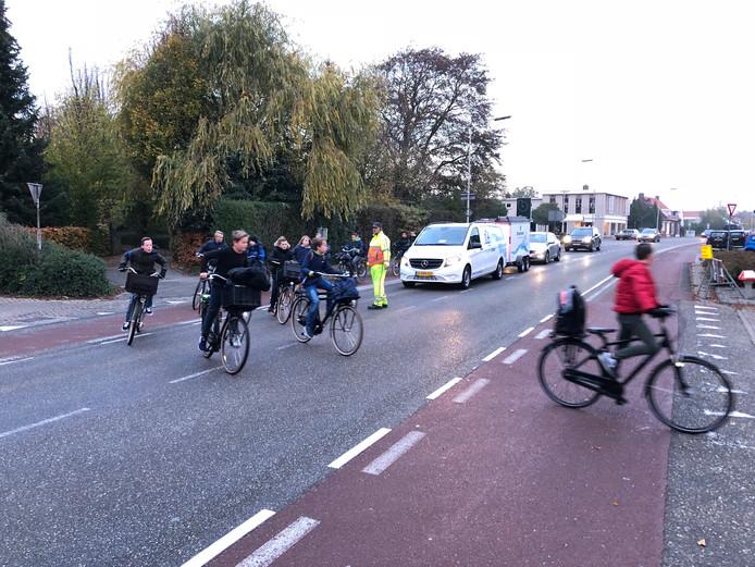 Verkeersregelaar Jack Thijs leidt fietsers op de Halsterseweg om via de Nieuwe Molenweg.