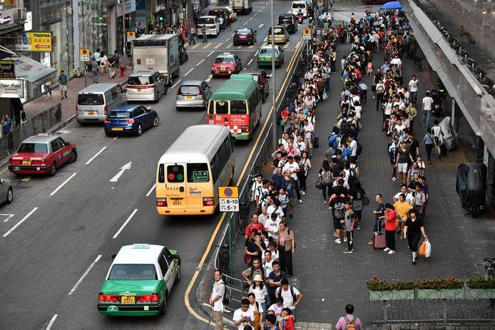 Lange rijen voor de bussen die wel rijden