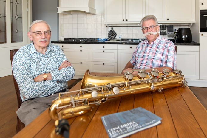 Rien Verkerke (links) en Adrie Quist stelden het boek Concordia drie eeuwen muziek op Tholen samen.