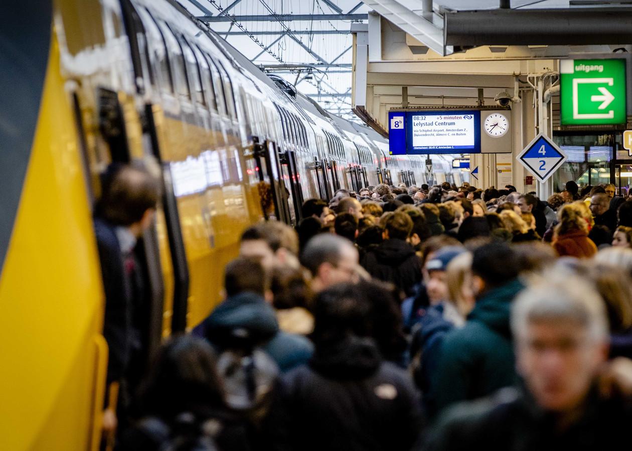 Drukte op station Leiden Centraal. De NS gaat komend jaar meer treinen inzetten.