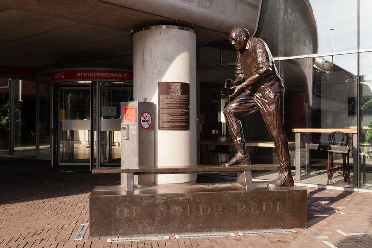 Het standbeeld 'De goede beul' – Bobby Haarms – bij de Johan Cruijf Arena. Beeld Nina Schollaardt