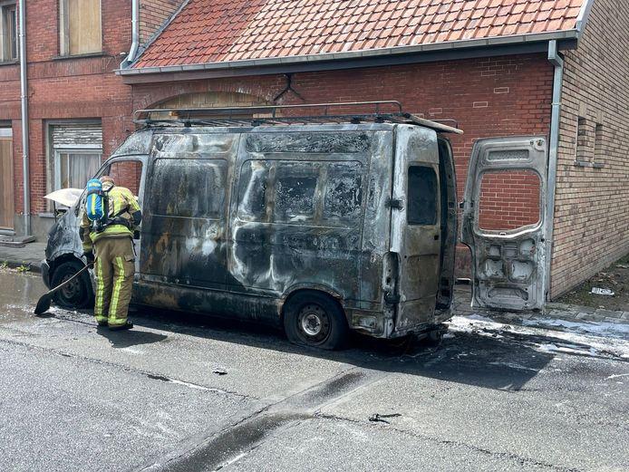 De bestelwagen ging volledig in vlammen op.