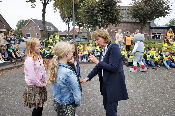 Burgemeester Elly Blanksma praat met leerlingen.