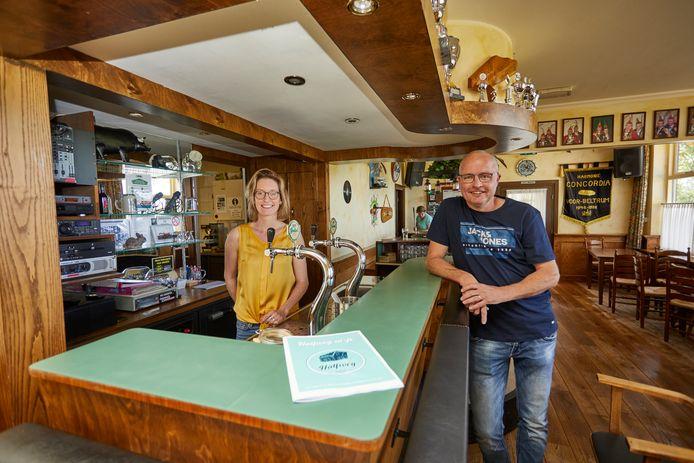 Manon Klein Gunnewiek (links) en Michel Tuinte hebben er vertrouwen in: de buurtschap gaat vijf ton ophoesten en koopt café Halfweg in Voor-Beltrum.