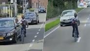 Hallucinante beelden: fietser zwalpt over drukke gewestweg op midden van de baan, wijkt uit naar tegenliggers met de middelvinger omhoog